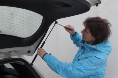 plynová vzpěra auto